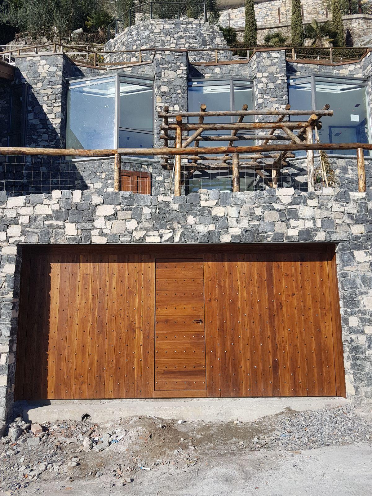Come Sistemare Una Porta In Legno porte basculanti in legno (con immagini) | porte basculanti