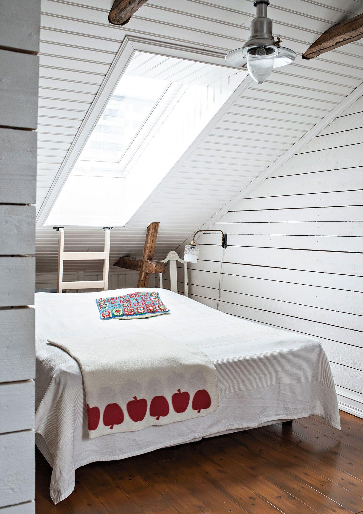 Makuutilan raakalautaseinä ja katto maalattiin Allbäckin pellavaöljymaalilla. Kattovalaisin on Ikeasta ja seinävalaisin Jonnen lapsuudenkodista.