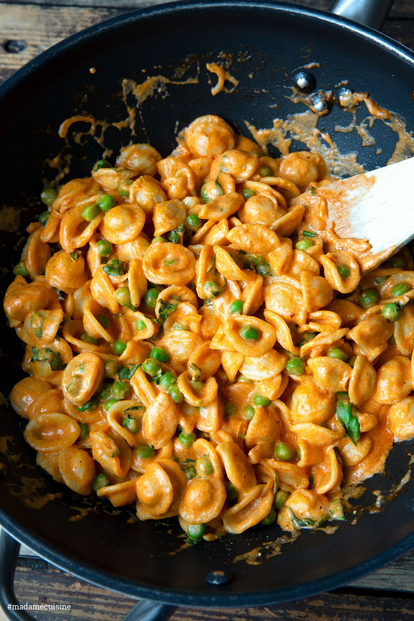 Pasta mit Erbsen und Tomatensugo