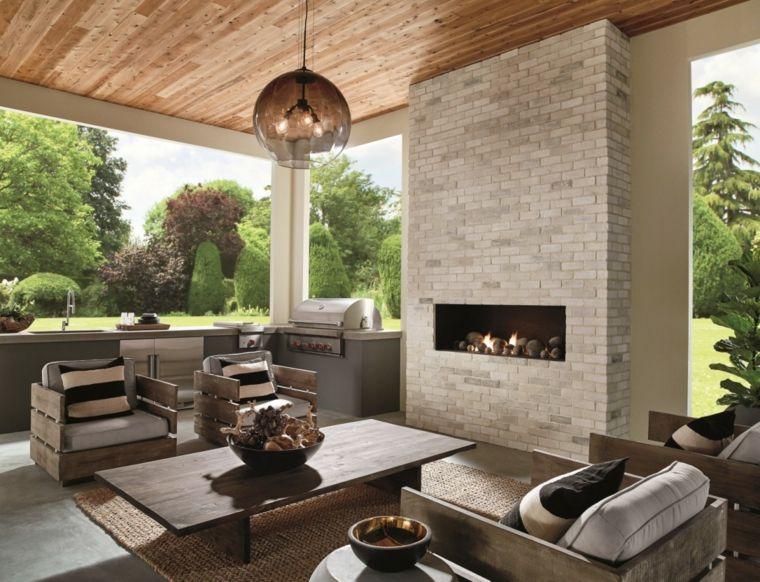 Divani Bianchi E Grigi : Salone moderno ampio e luminoso con divani e poltrone grigio