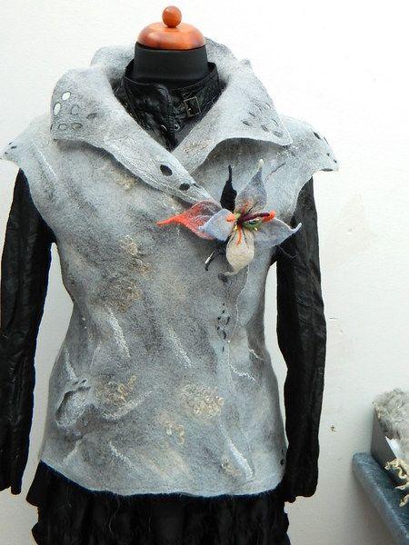Filzweste.  Gedacht als Überwurf -Oberbekleidung für Kalte Tagen.Es Kann über Leder -oder Jeansjacke getragen werden.Links und rechts Tragbar,es ergib