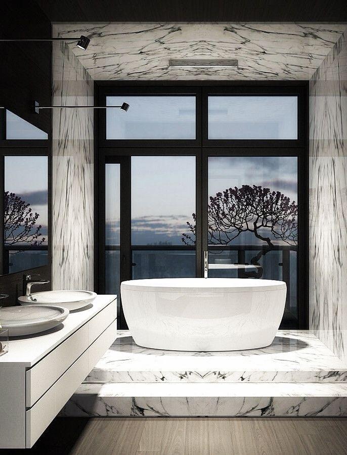 Elegante freistehende Badewanne mit luxuriöser Marmorbühne und Glastür #bathingbeauties