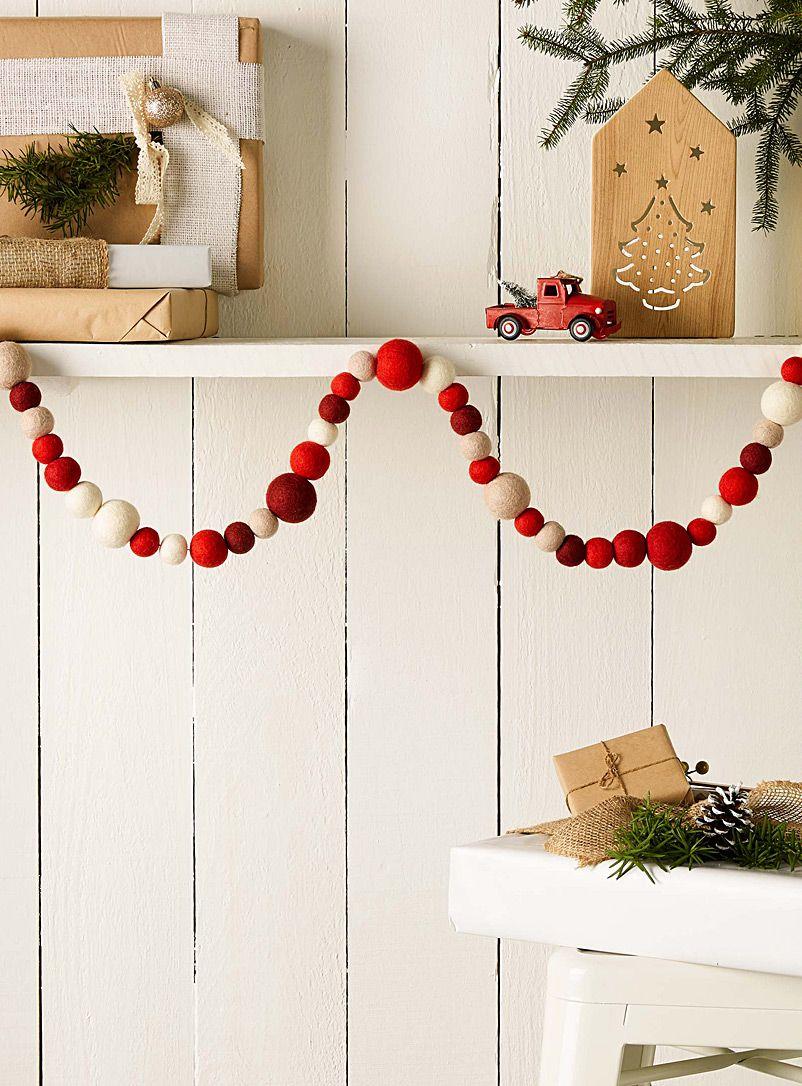 wool pompom garland christmas decor goodies guirlande pompon guirlande id es cadeaux. Black Bedroom Furniture Sets. Home Design Ideas