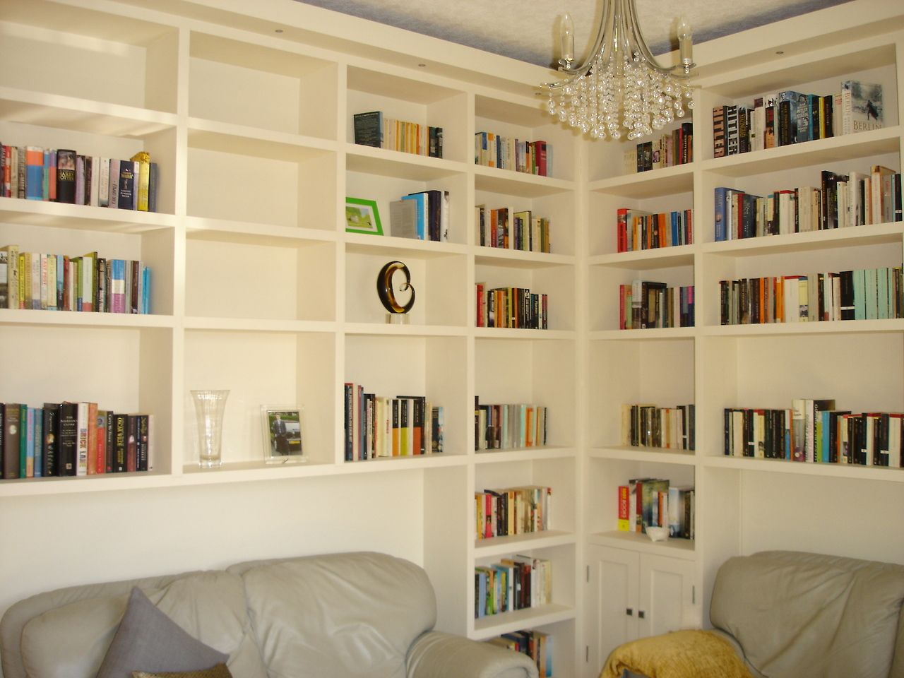 Wall to wall to wall shelving. I\'m in lust! | House Inspiration ...