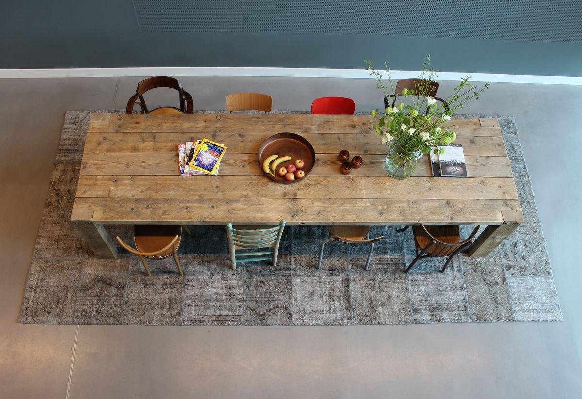 Grijs vintage patchwork vloerkleed onder de eettafel #handgemaakt #vloerkleed   Vintage tapijten