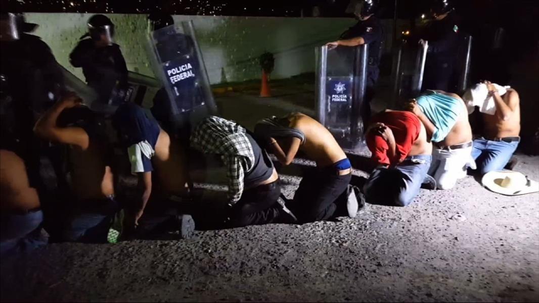 64 detenidos al dispersar bloqueo carretero sur México - http://a.tunx.co/Hw12C