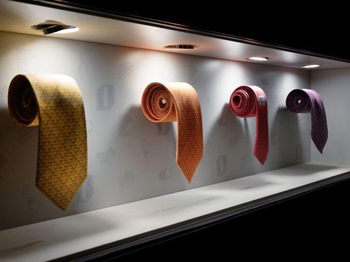 Hermes 2012, Tokyo | Etalage | Torafu Architects Jaime. No se aprecia muy bien si es un escaparate pero los productos en gran tamaño es una muy buena idea