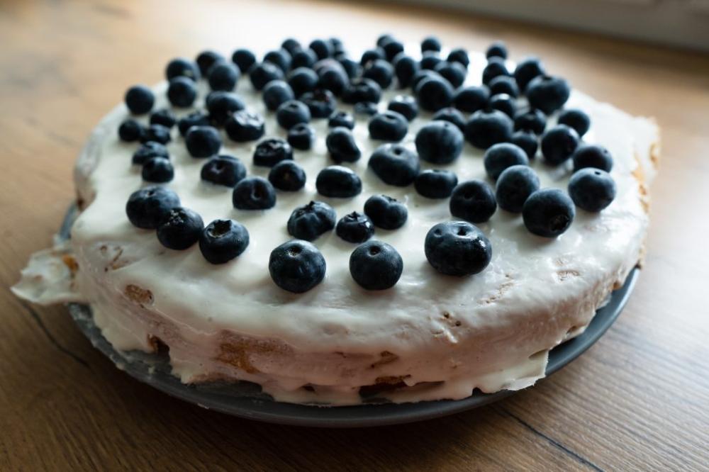 Fit Tort Orkiszowy Z Bialym Kremem I Borowkami Codziennie Fit Recipe Food Recipes Cake