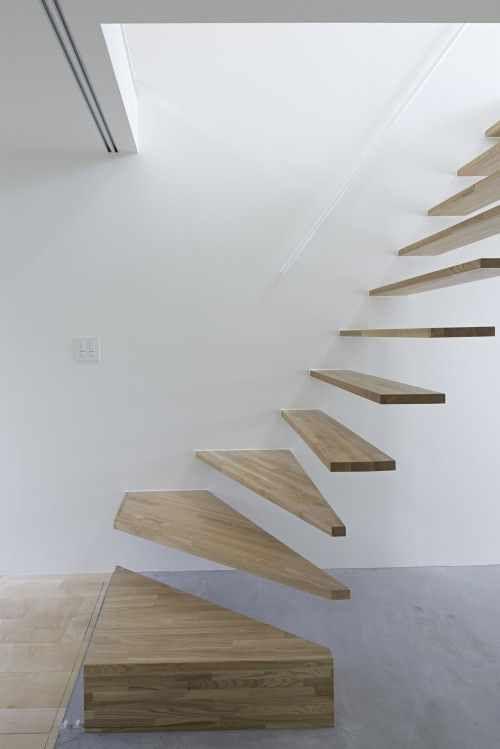 Escaleras minimalista de madera empotrada en la pared cada escalón ...