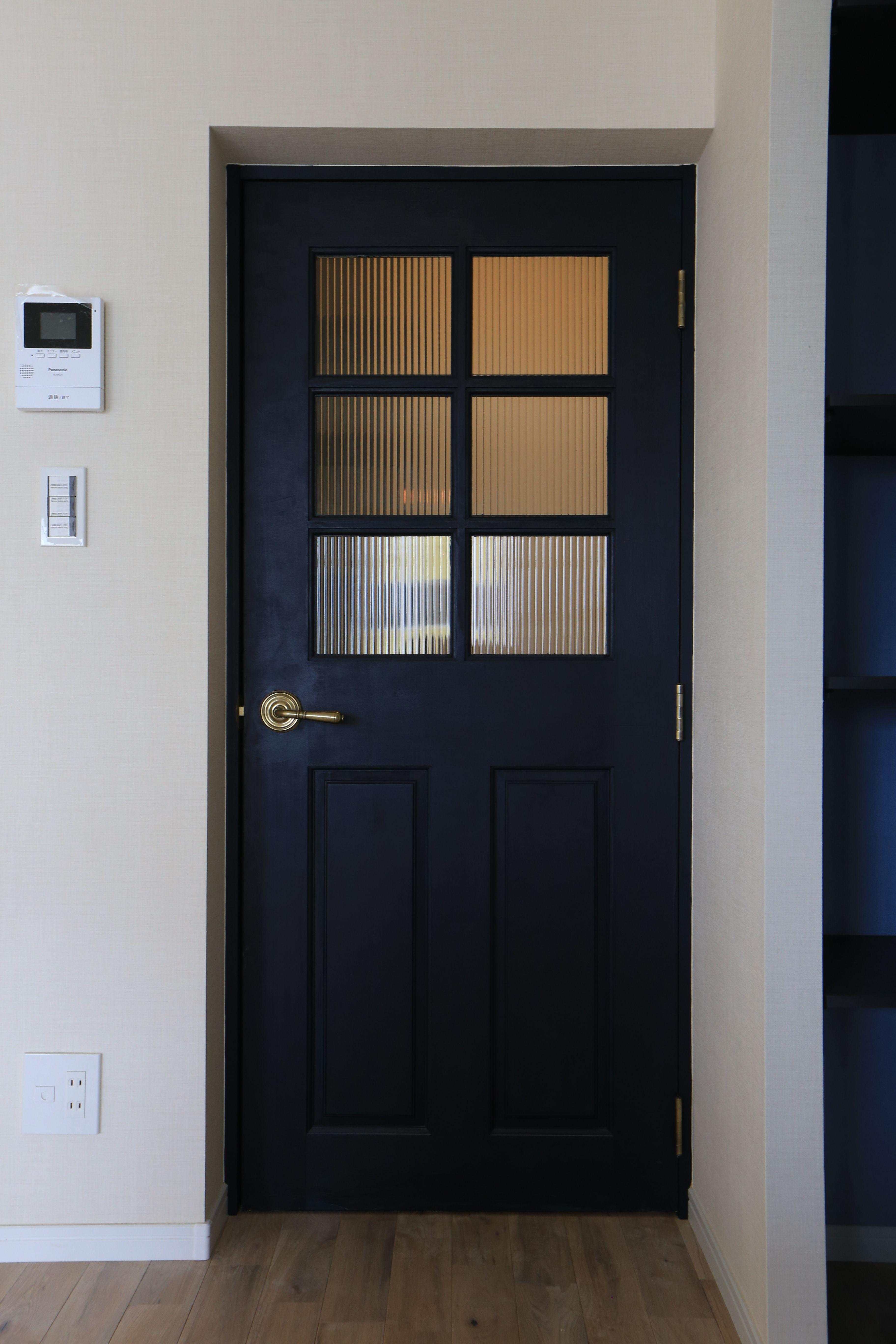 黒い扉でアメリカンチックに 扉 アンティーク インテリア オシャレ