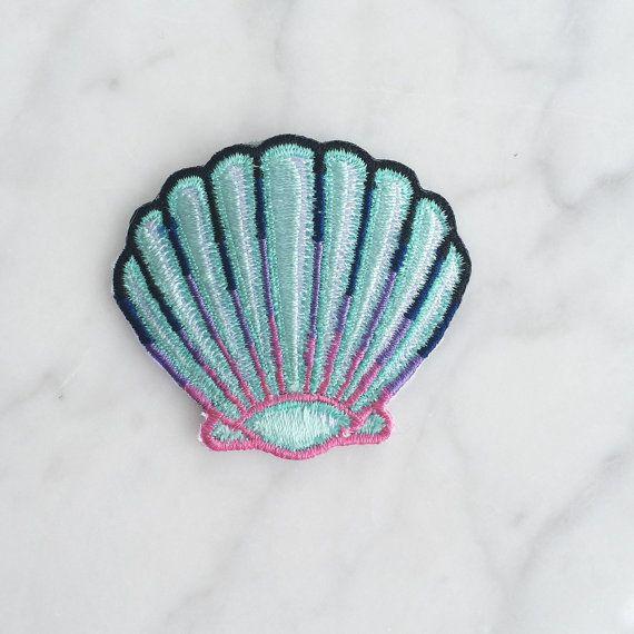 Seashell – Shell Patch, ferro sopra, ricamato patch, Applique, pastello, sirena blu, Wildflower + Co. ------------------------------------------------ Portami alla spiaggia!! Sirena degno patch di shell è completamente ricamata in pastelli estivi - aqua blu, rosa, lavanda & teal. Utilizzare questa patch per un aggiornamento immediato su qualsiasi cosa! Wildflower + patch Co. dispongono di ferro-su supporto & nave con le istruzioni. • Misura circa 2 vasta x 1 ¾ alta • Progettato da &a...