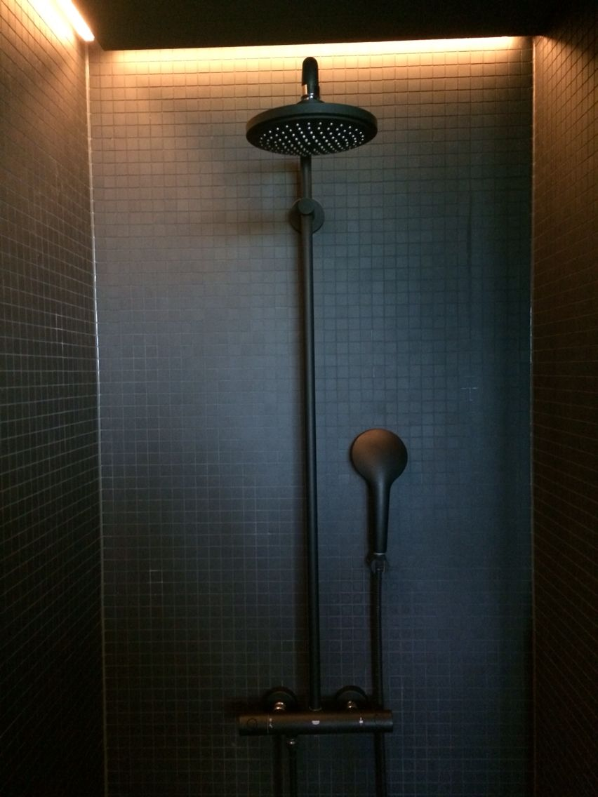 Photo of Grohe Armaturen in schwarz matt mit Mosaik schwarz matt im 25h Bikini Berlin