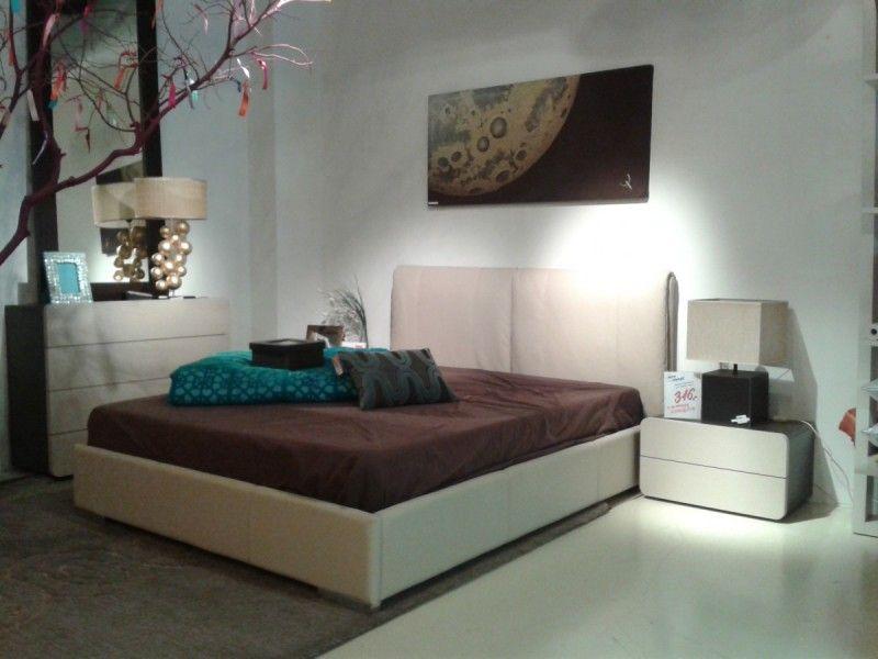 Dormitorio de matrimonio completo compuesto por cama tapizada en ...