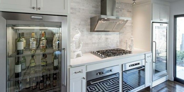 Küche in hellen kalten Farben mit Getränkekühlschrank voll mit - Küchen Weiß Hochglanz