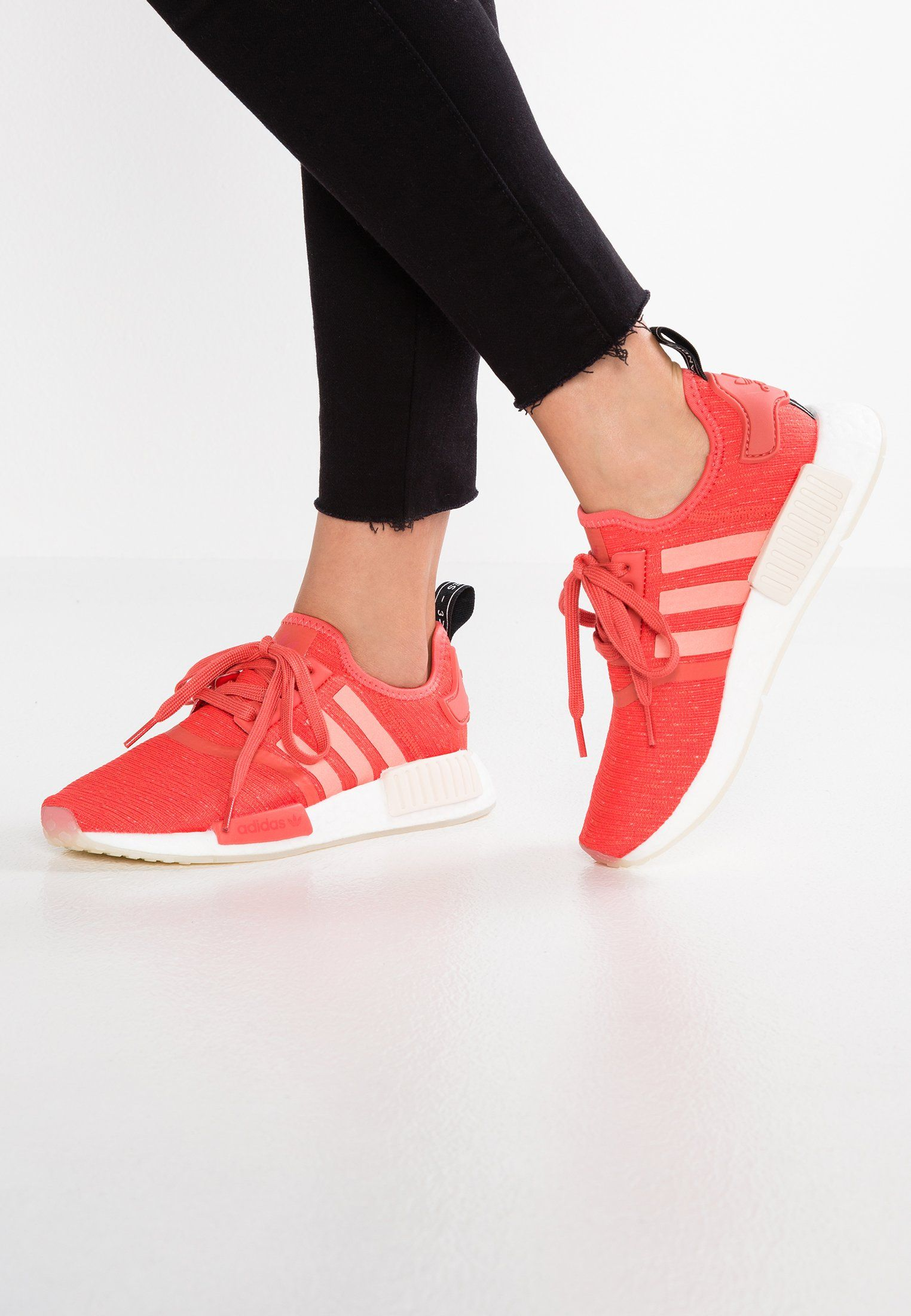 NMD_R1 Baskets basses trace scarletfootwear white