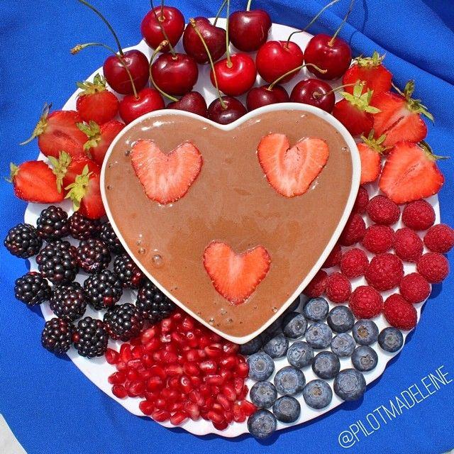 Schokoladen Fondue: Für die Schokoladensauce einfach 2 Bananen + 2 EL Kakaopulver in den Mixer geben