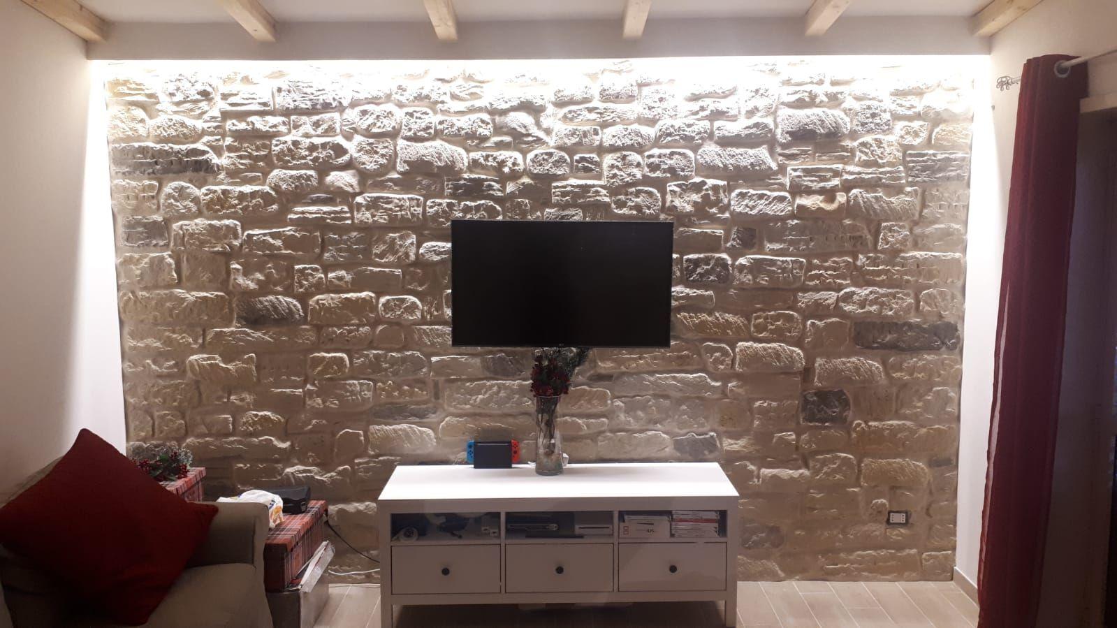 983986c24e Soggiorno rivestito con pietra ricostruita made in ITALY 100% by PRIMICERI.  Rivestimento in foto