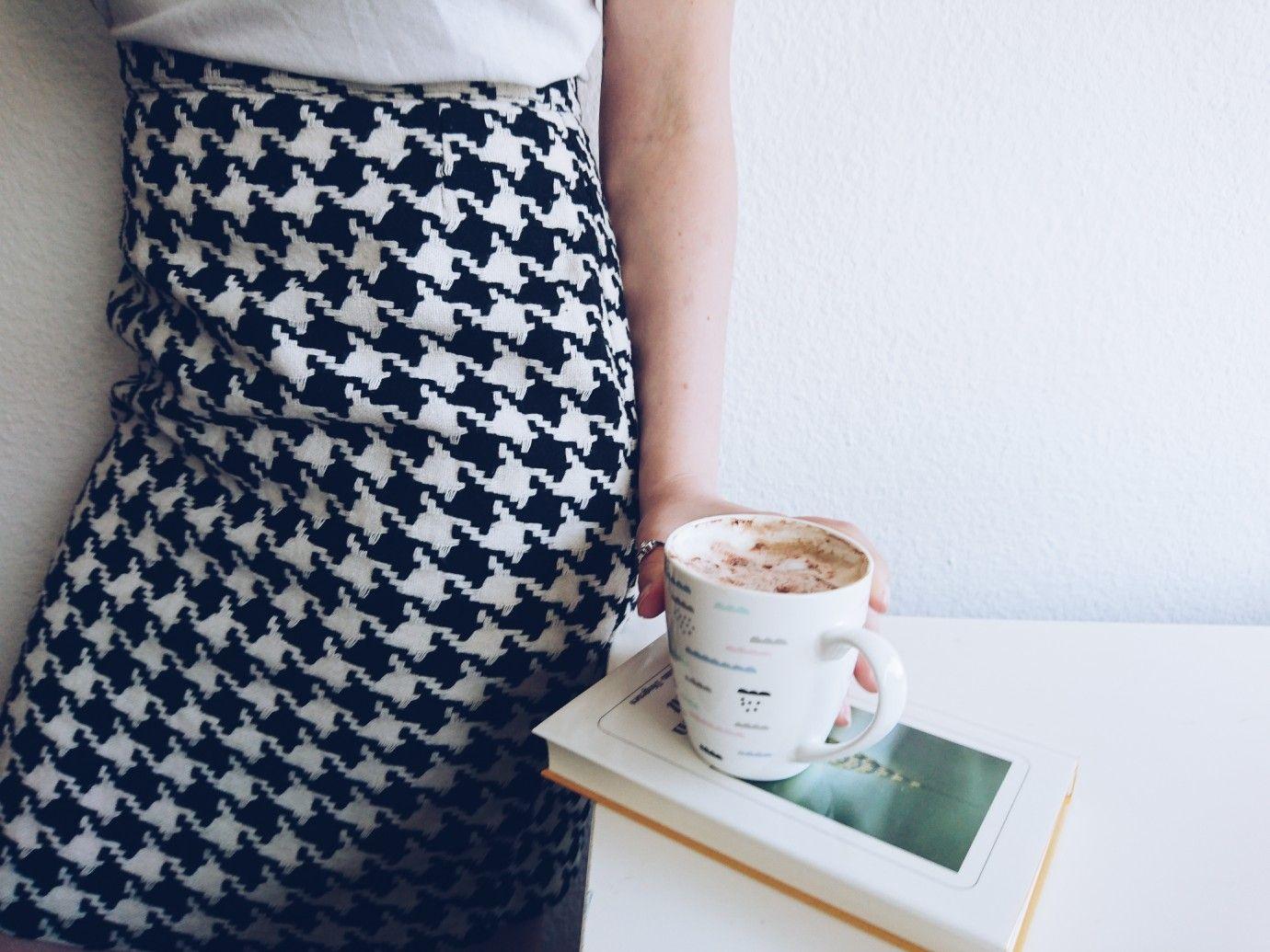 Kaffee und Buch - die perfekte Kombination. // Coffee and ...