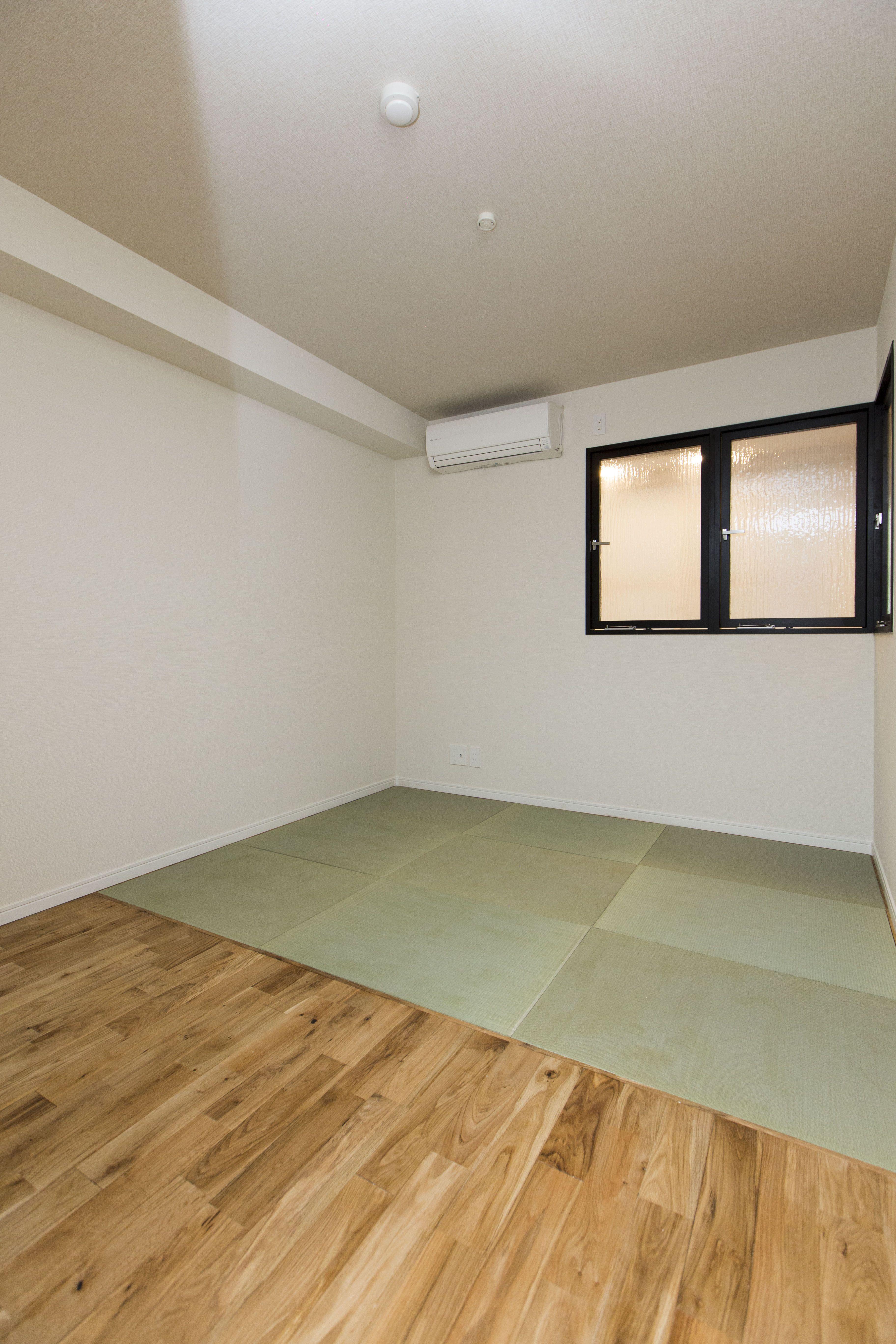 洋と和を組み合わせたお部屋になります 畳は琉球畳です 琉球畳