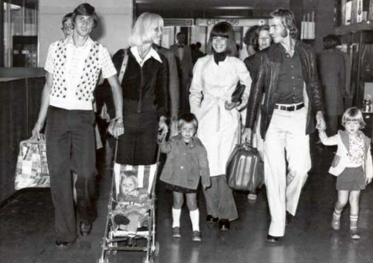 Johan Cruyff y Johan Neeskens junto con sus familias 😍