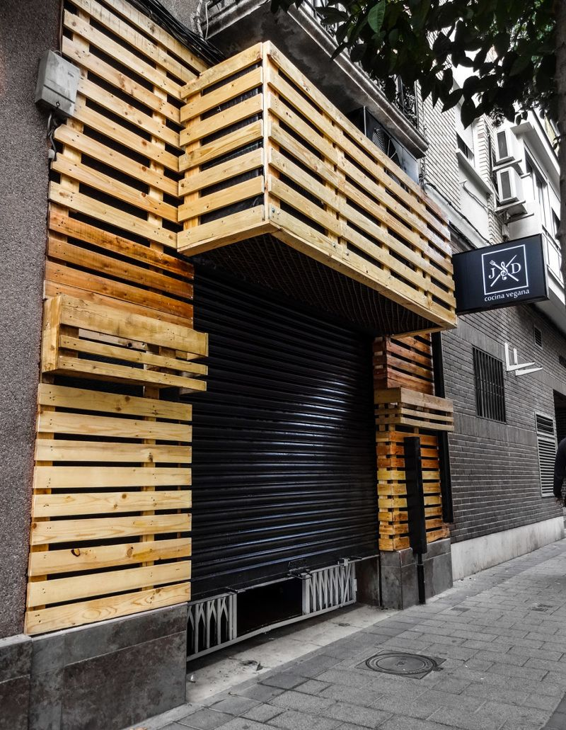 Bar restaurante palets buscar con google steak house for Fachadas bares rusticos