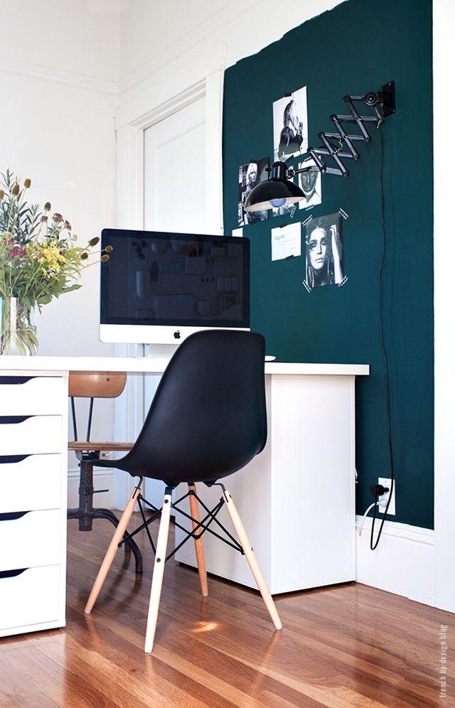 Home Office. So könnte es aussehen mit einer Farbe an der Wand ...