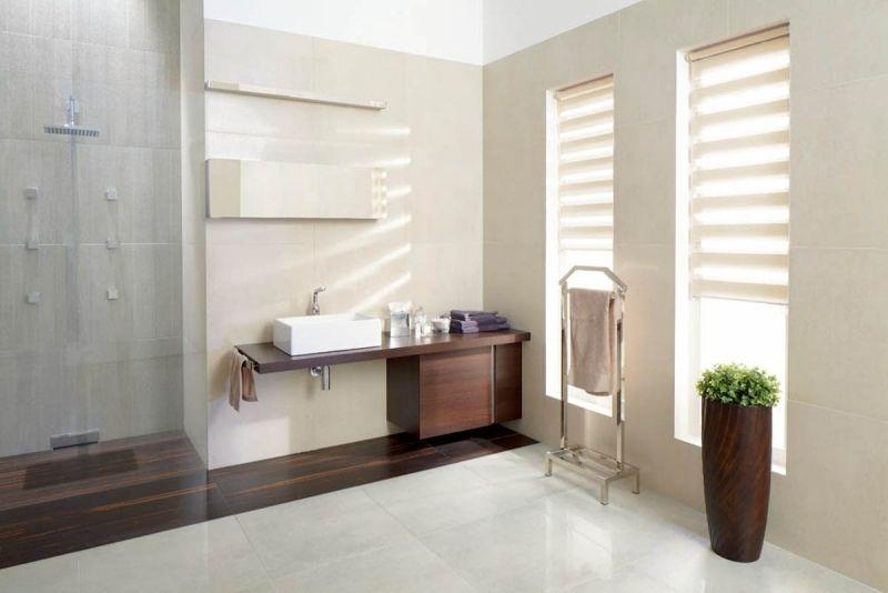 salle de bain beige, blanche et imitation bois avec douche italienne