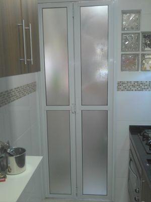 Porta camar o para cozinha pequena resolve o problema de for Portas de apartamentos modernas