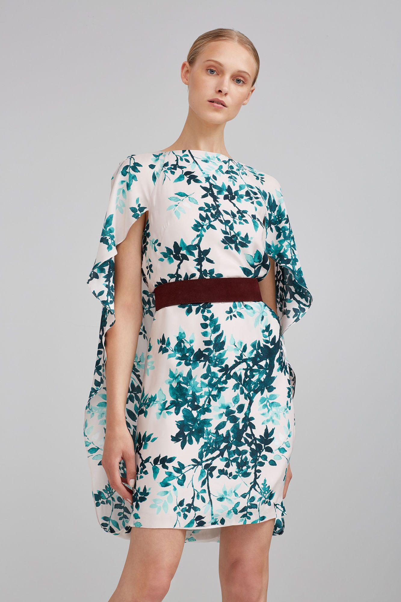 36ecfa63d Vestido con escote redondo y capa en la espalda con tejido de fantasía  floral.
