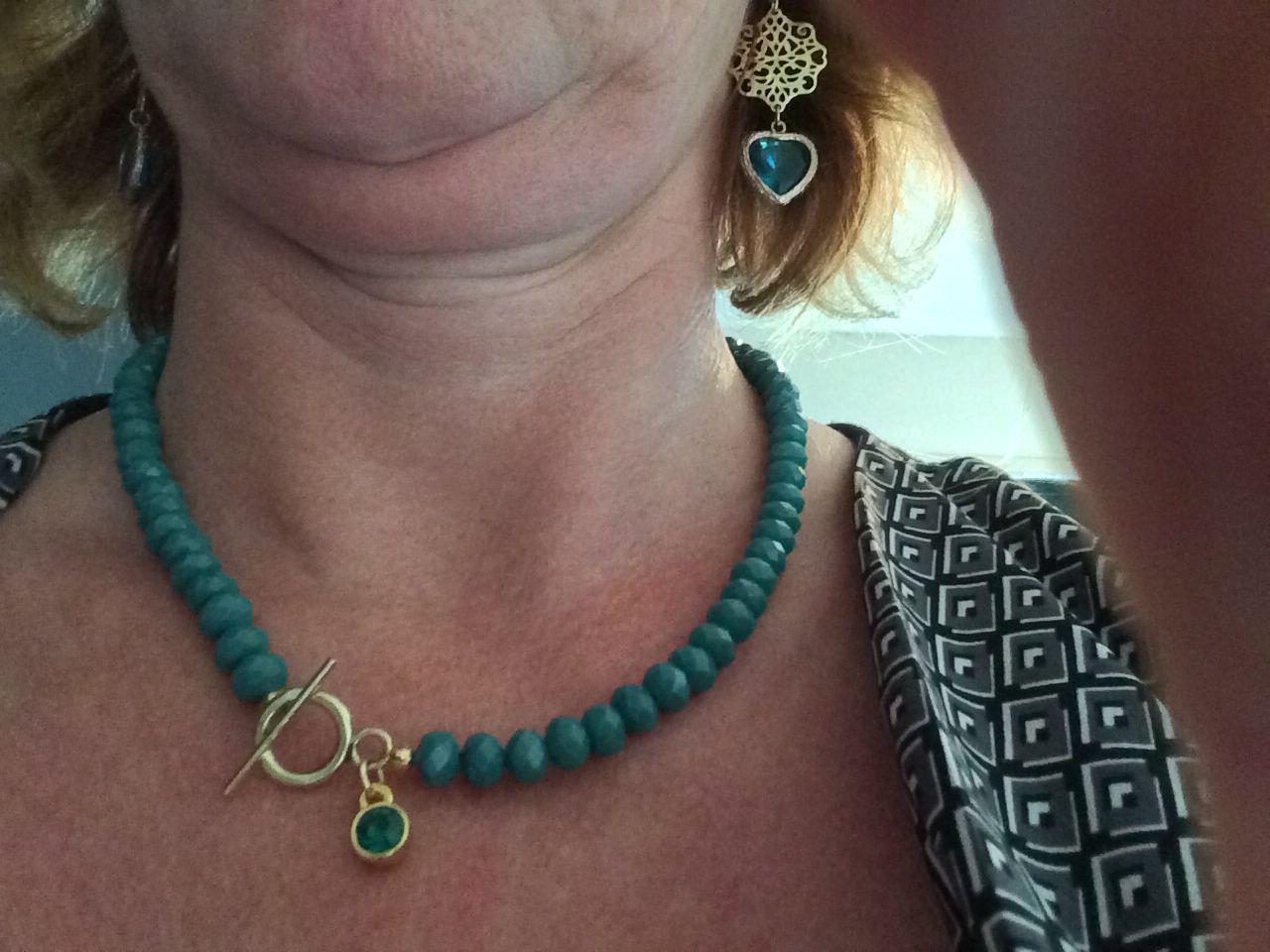 Mooie nieuwe halsketting gemaakt in smaragd groen.