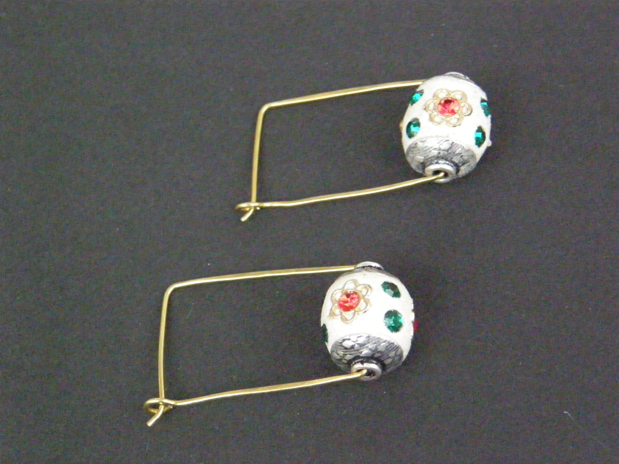 Square hoops with beautiful enamelled white bead !
