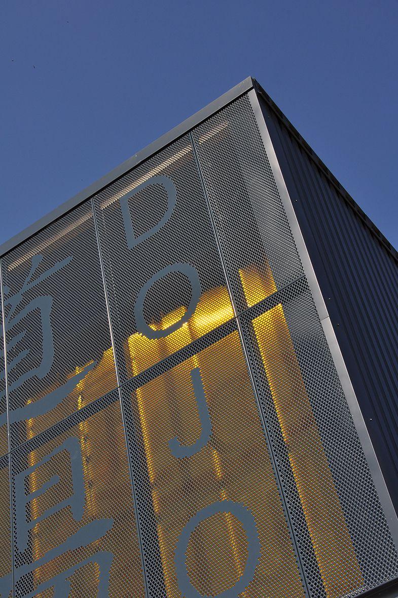 Architecte Le Puy En Velay détail façade en tôle perforée sur mesure, dojo de la roche