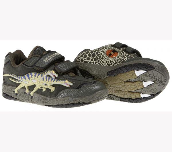 Increíbles deportivas con figuras de velociraptor encastradas. Al andar, los ojos del dinosaurio se iluminan y dejan la huella de su dinosaurio favorito. Suela de goma antideslizante. Se ajustan con velcro. Tallas: 27 a 33. PVP: 41,50€
