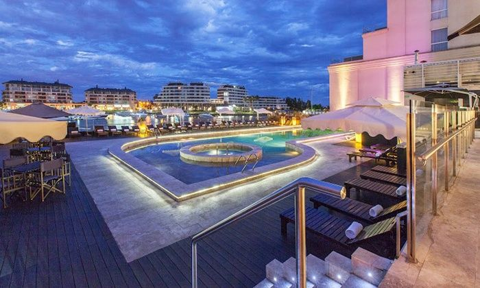Ubicado en Tigre, este hotel 5 estrellas ofrece acceso al gimnasio, internet inalámbrico y con cable, habitaciones ejecutivas y cunas