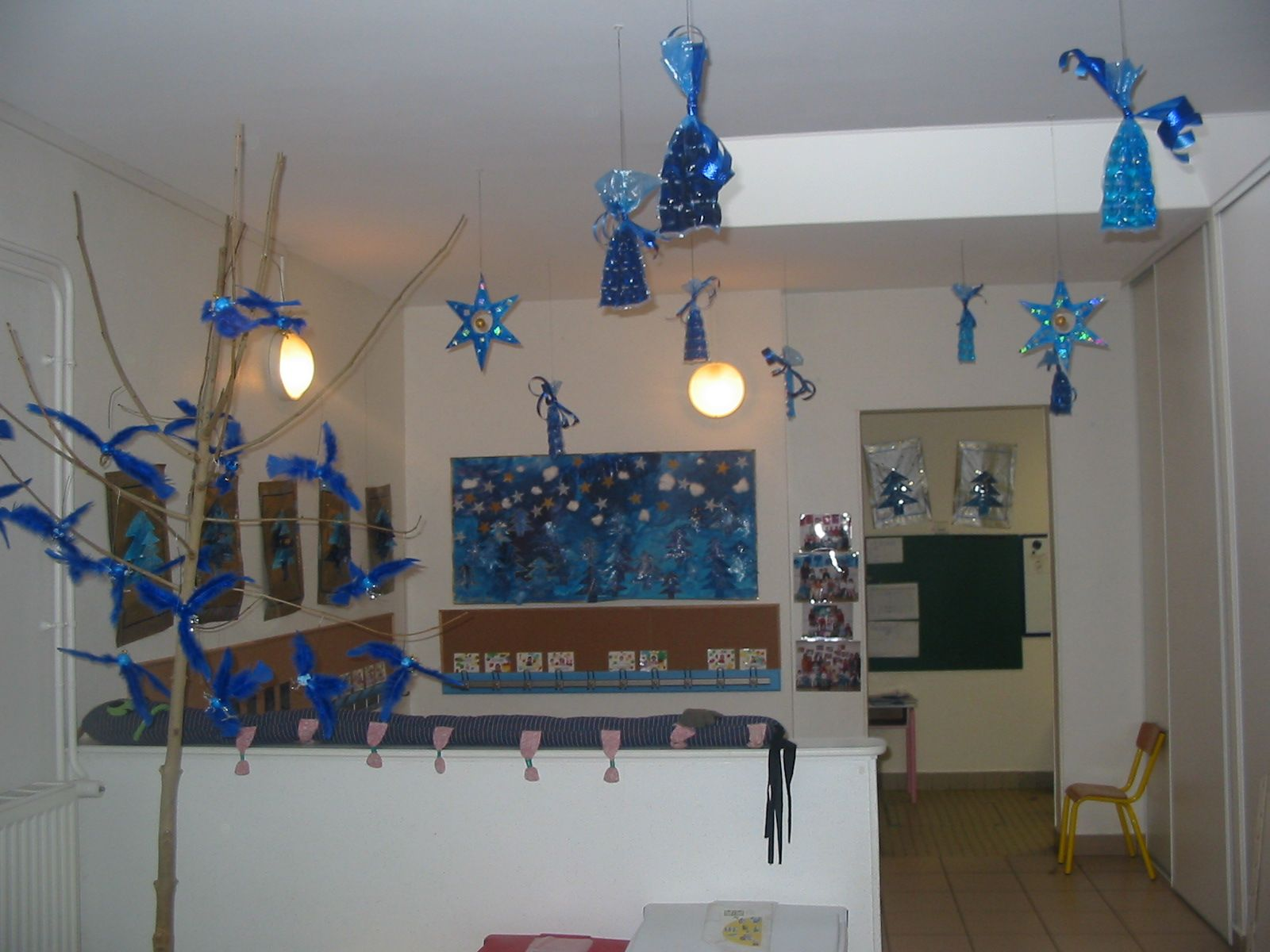 D coration d 39 une cole maternelle pour no l sur le th me for Decoration porte noel ecole