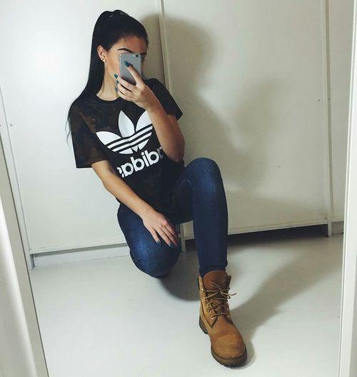 885f83b67adbe6 Outfits súper chic que puedes hacer con una playera Adidas en 2019 ...