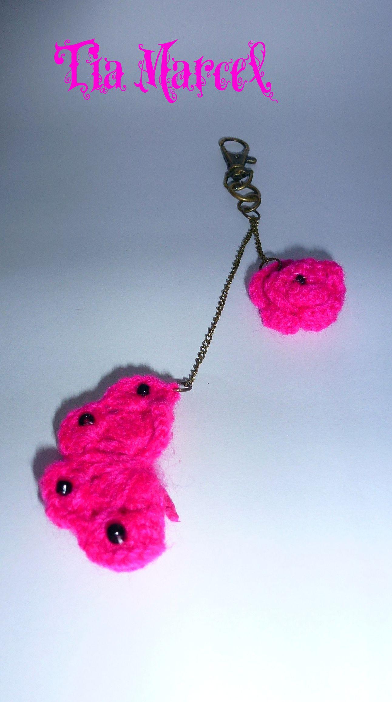 Llavero al crochet color fucsia de mariposa y rosa con mostacillas
