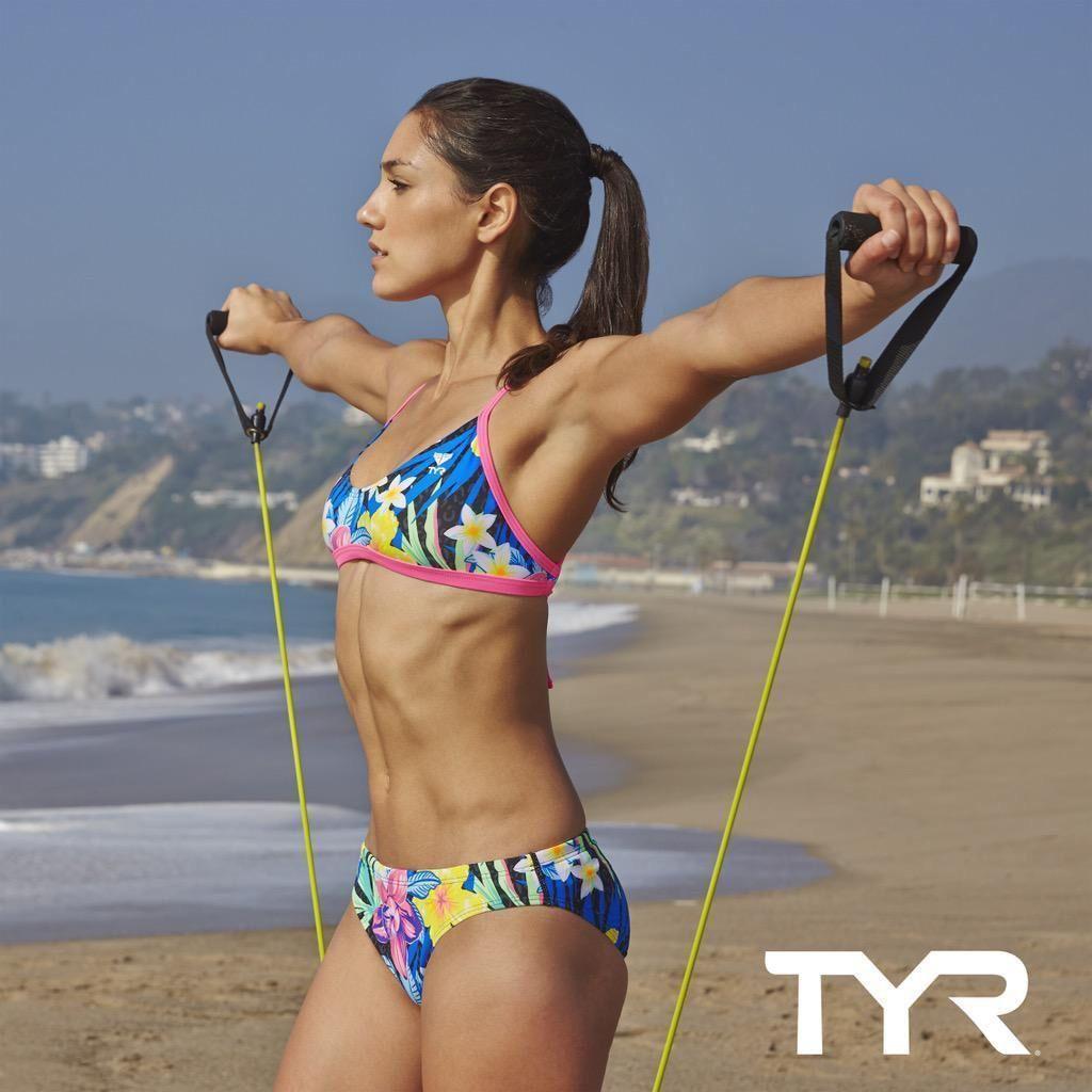 Med hendes atletisk krop og Sort hårtype, uden BH (størrelse ) på stranden i bikini