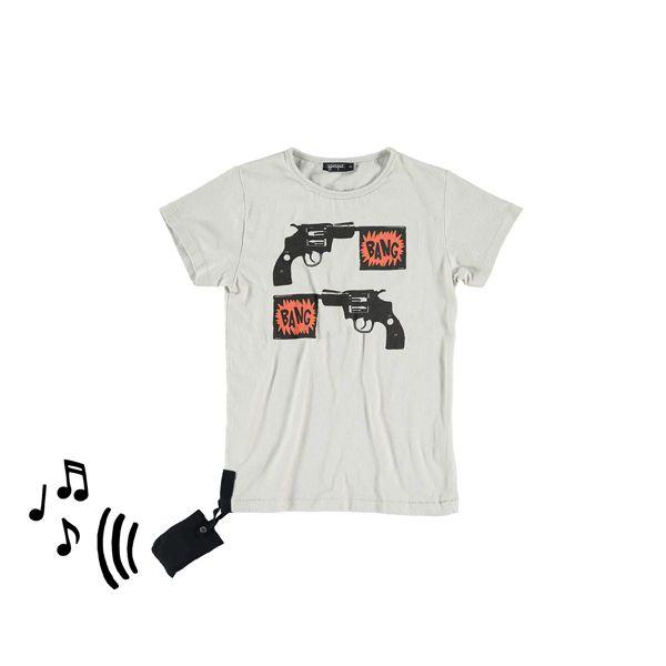 Stoer zandkleurig t-shirt bang bang. Bij het t-shirt wordt een afneembaar geluidje meegeleverd (tem 10 jaar). Extra leuk!