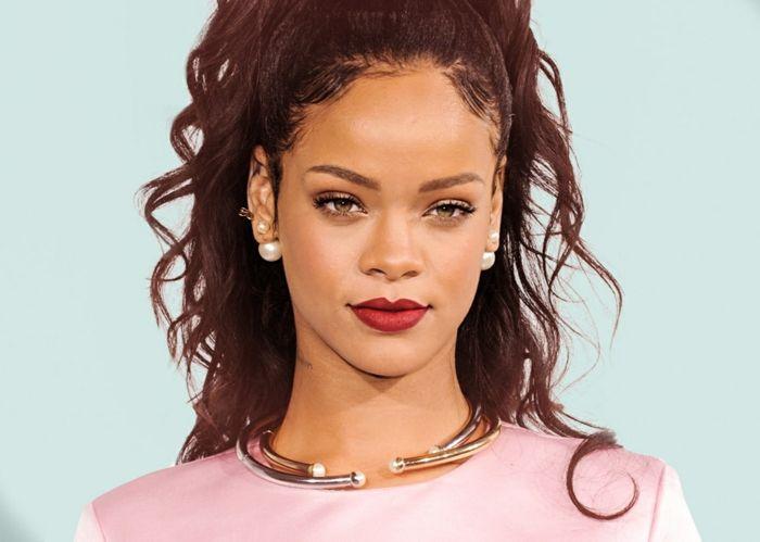 rihanna mit rosa kleid goldenes collier und roter lippenstift perlen ohrringe bilder von. Black Bedroom Furniture Sets. Home Design Ideas