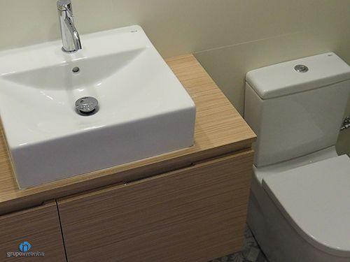 El baño de cortesía ofrece las mejores prestaciones a través de un diseño y equipamiento perfecto. #bathroom #toilet #BCN