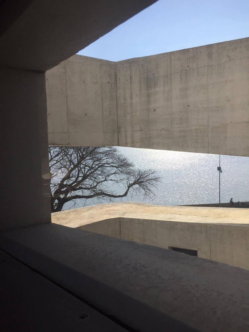 A Fundação Iberê Camargo, em Porto Alegre (RS), foi um dos muitos pontos altos da viagem a Bento Gonçalves à convite da SCA. O prédio projetado pelo mestre português Álvaro Siza, às margens do Lago Guaira, ganhou o Leão de Ouro na Bienal Internacional de Arquitetura de Veneza em 2002. Veja o post e as fotos no meu blog: http://zip.net/bbtpyt