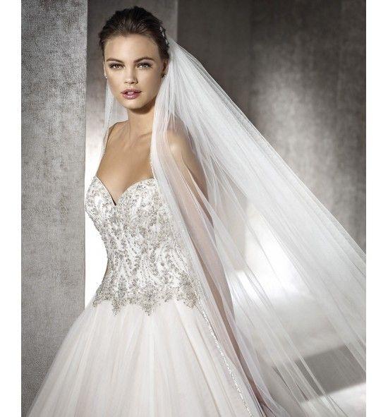 vestido de novia con cuerpo de pedrería y escote corazón. de corte