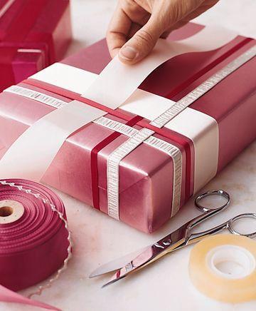 Мы все любим получать подарки. А некоторые (и я в том числе) любят их дарить :) И, конечно, первое впечатление — это упаковка. Она скрывает от нас подарок, возбуждает любопытство и интригует :) Лично я красивую упаковку обожаю! И хочу сегодня поделиться с вами идеями очень простой, но эффектной 'одежки' для подарков. Посмотрите, ведь ничего сложного!