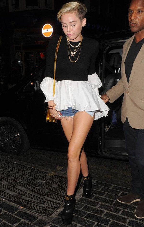 miley-cyrus-look-short-jeans-blusa-off-cropped-preto