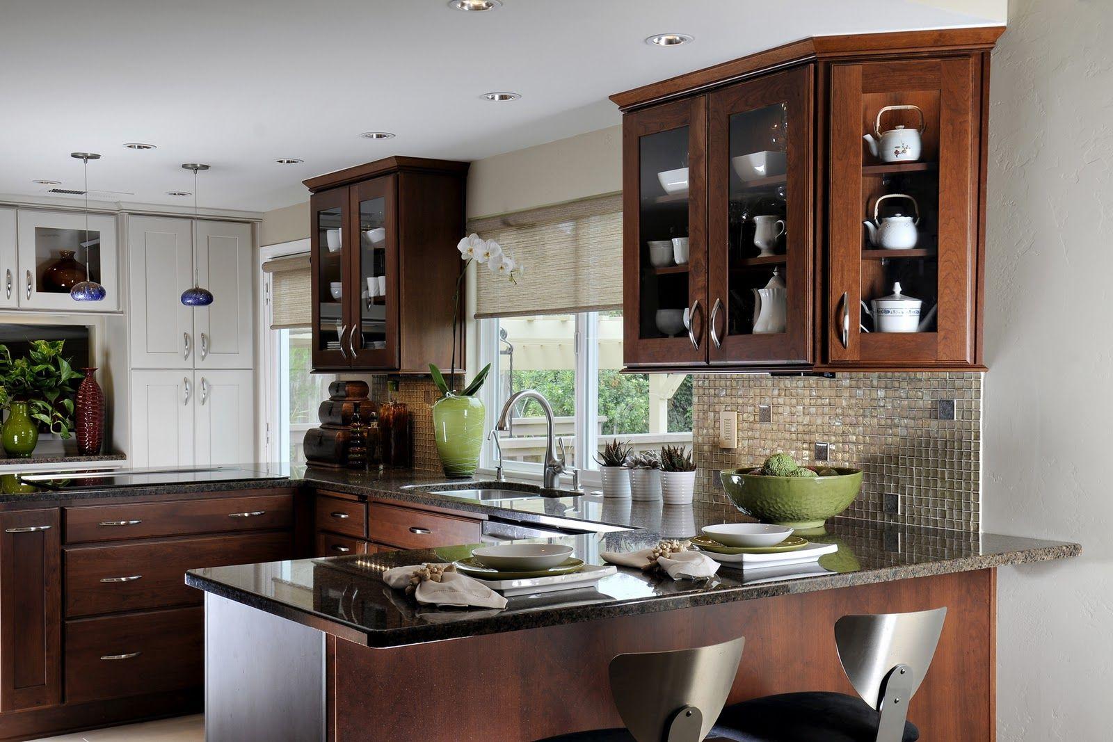 """Uno de los modelos de cocinas más cómodos, es sin lugar a dudas, la cocina en U. Las cocinas en """"U"""" son muy funcionales, ya que permiten una gran movilidad sin tener prácticamente que desplazarse. En esta cocina, se aprovechan las tres paredes contiguas, por lo que el espacio está usado en su máximo potencial, permitiendo que …"""