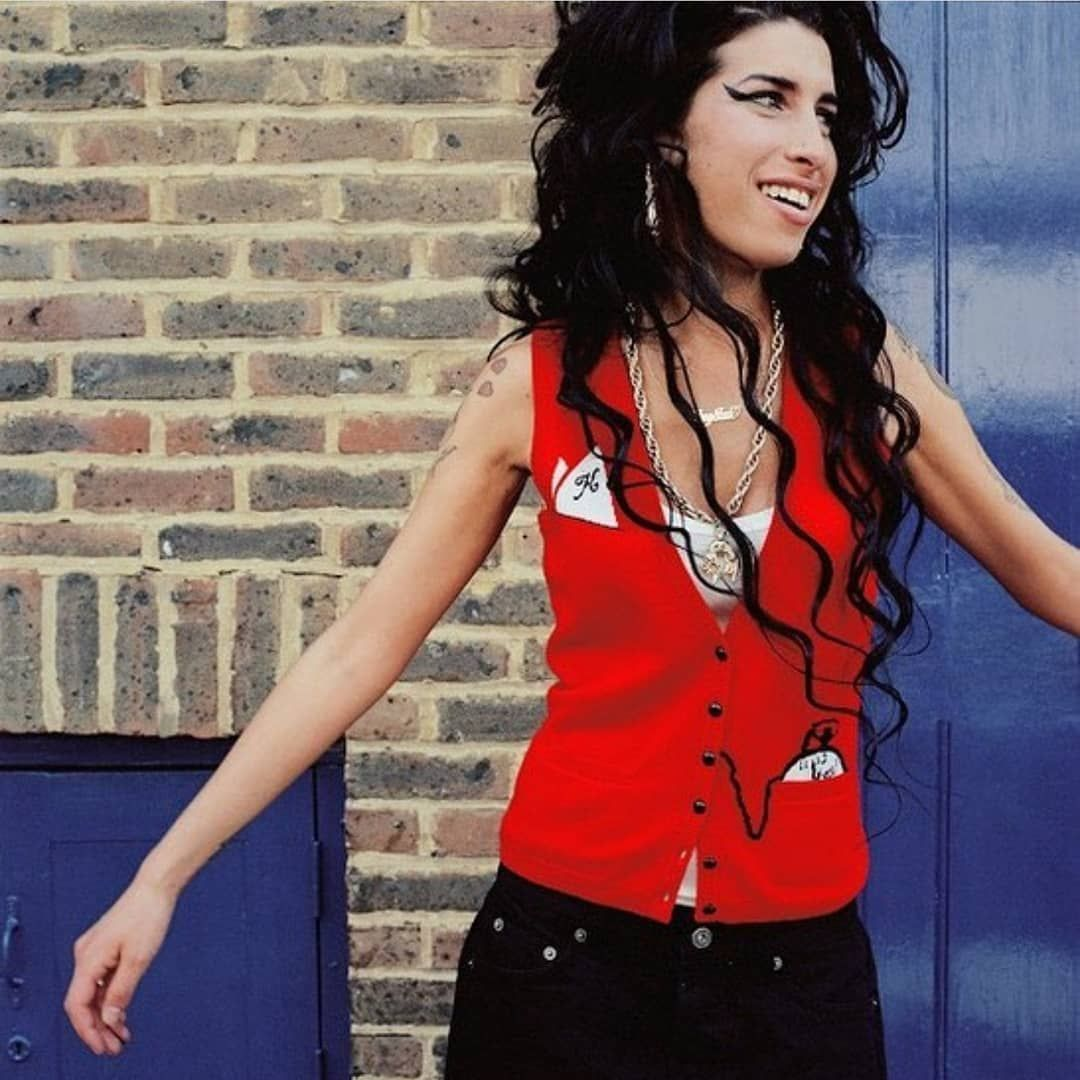 Amy Winehouse On Instagram Outra Novidade A Familia De Amy Winehouse Assinou Contrato Para Produzir Um Amy Winehouse Winehouse Amy Winehouse Style