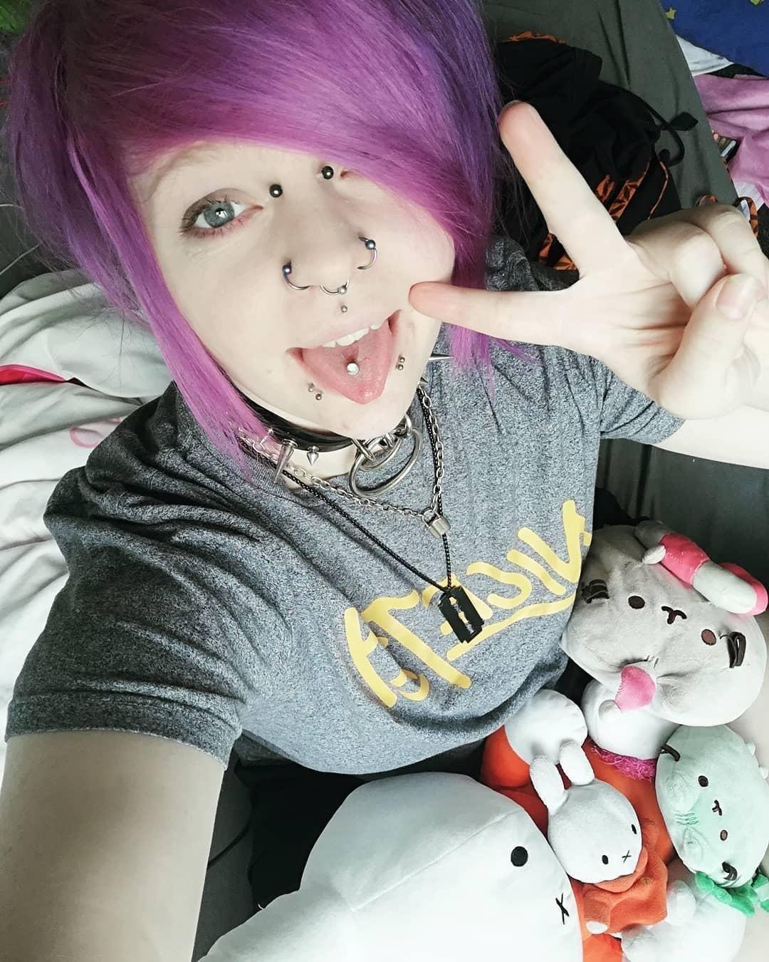 Wieder ein Headshot-Haarfarben-Mischer, die liebe @kaleiidoscopiic mischte #psychopurple mit #hellfirered und gab etwas Spülung dazu! 💜 #headshothaarfarbe #headshothairdye #headshothaircolor #dyebastarddye #buntehaare #purplehair #redhair #lilahare #emohair #piercedgirl #tonguepiercing