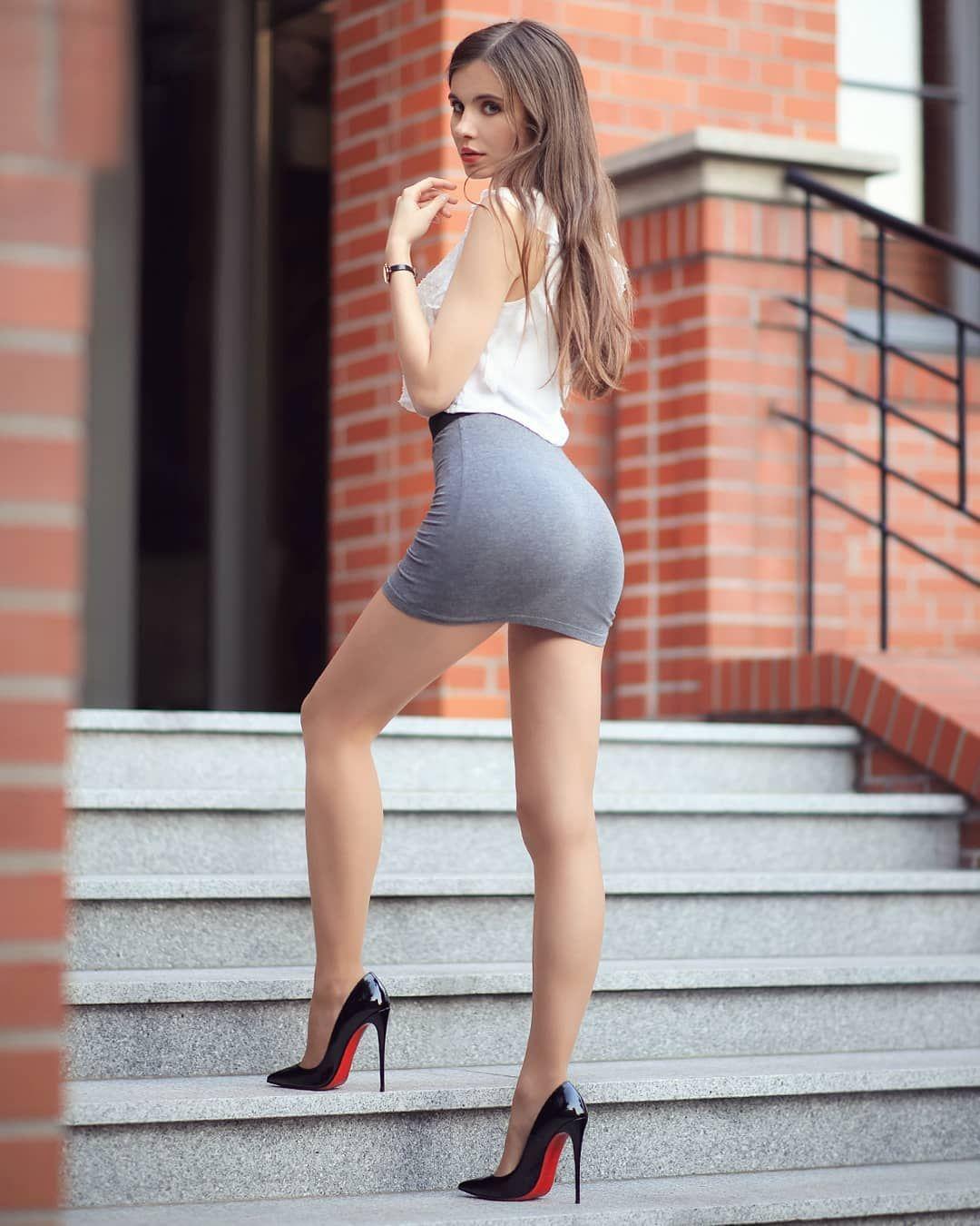 Izobrazhenieto Mozhe Da Sdrzha 1 Chovek Izpraven I Obuvki Fashion Mini Dress Short Skirts