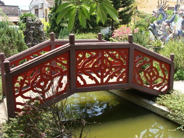 2288093-Chinese-Bridge-Hidden-in-Temple-Gardens-1jpg (600×450 - chinesischer garten brucke